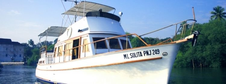 Boat rental in Goa: classic boat for rent